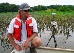 GPS RTK sur trépied installé sur berge de rivière pour obtention d'une précision centimétrique