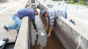 Spécialistes Doppler installant un débitmètre courantomètre sur un canal ouvert