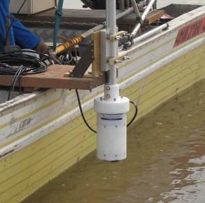 Support du capteur RiverSurveyor fixé le long du bateau