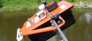 Drisse motorisée télécommandée traversant la rivière sur son câble